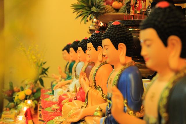 Vị Phật chữa bệnh và chữa nghiệp cho mọi người